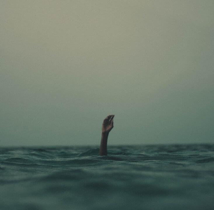 Wachstumsschmerz | Hand aus Meer