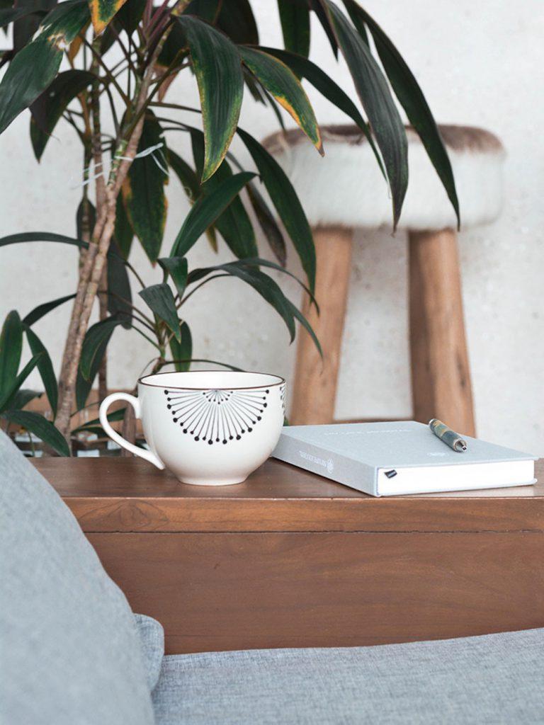 Monatsreflexion Tasse mit Journal